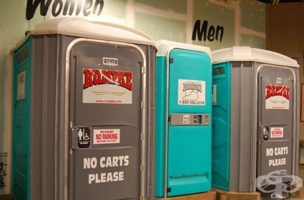 Тоалетна Jungle Jim's Bathroom във Феърфийлд, Охайо. Всъщност това са два коридора, които отвеждат към същинските тоалетни помещения. Но външният вид е доста подвеждащ.