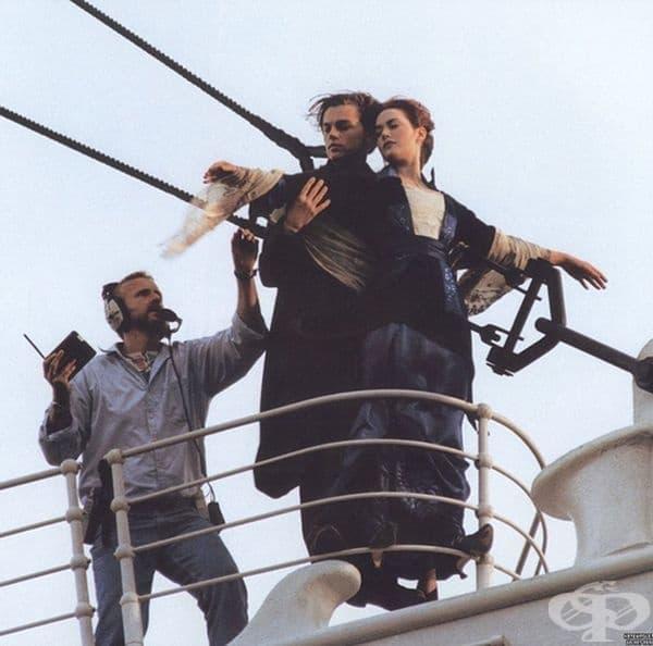 """Кейт Уинслет и Леонардо Ди Каприо създават така известната сцена от филма """"Titanic"""" през 1997 г."""