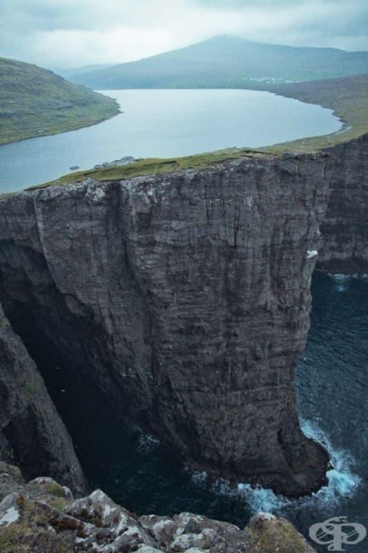 Висящото езеро Сорвагсватн, остров Вагар, Фарьорски острови, Дания.