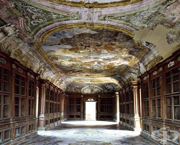 Библиотека в Падула, Италия.