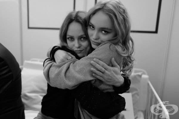Певицата и актриса Ванеса Парадис и дъщеря й Лили-Роза Деп.