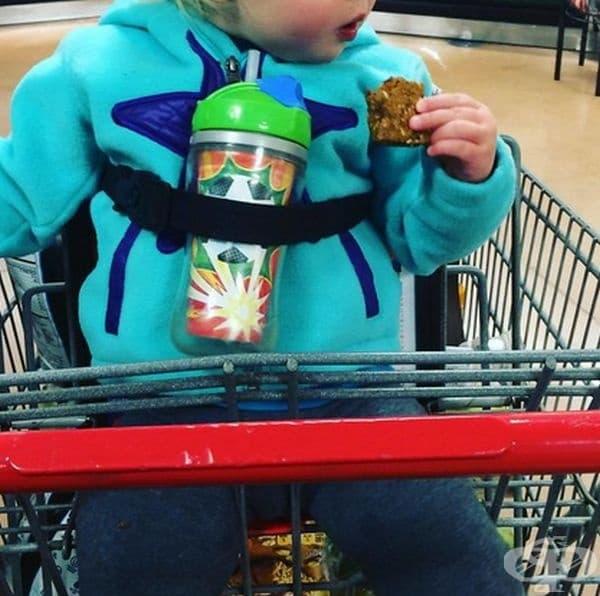 Използвайте оборудването на пазарската количка, за да обезопасите детето и вещите му.