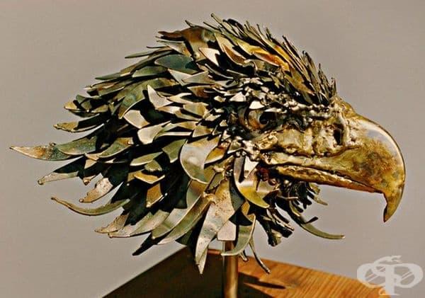 Като скулптор той работи с различни модели и използва скрап.