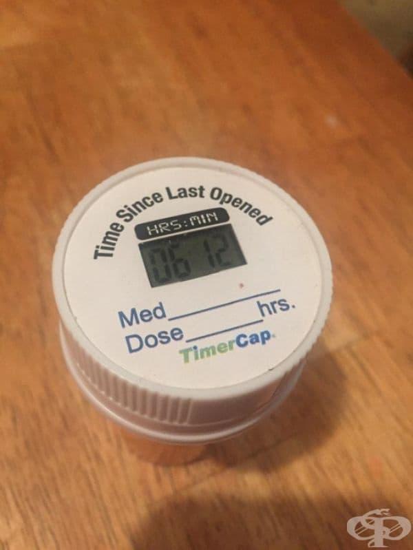 Този капак за затваряне на съдове, предназначени за съхранение на лекарства, показва кога за последно е бил използван.