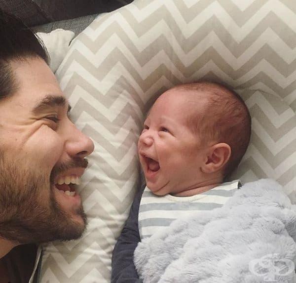 Той кара малчугана да се засмее по всяко време.