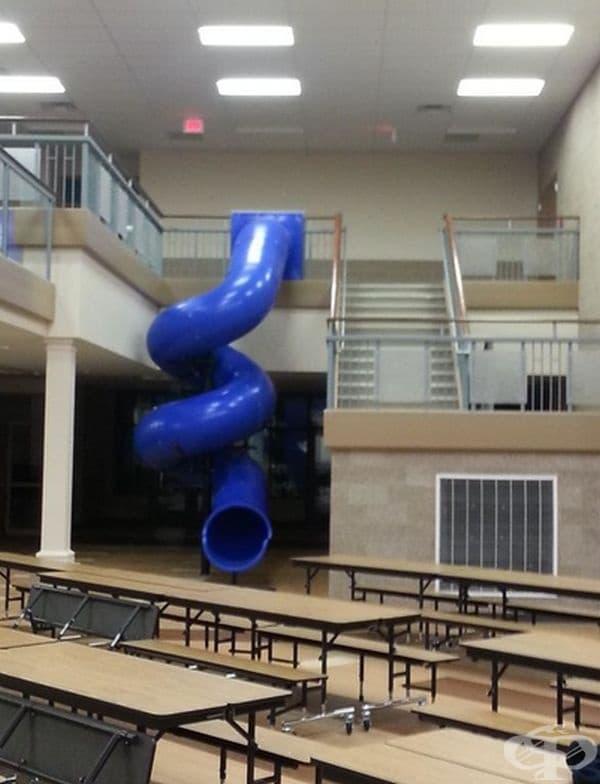 Интересна пързалка в училище.