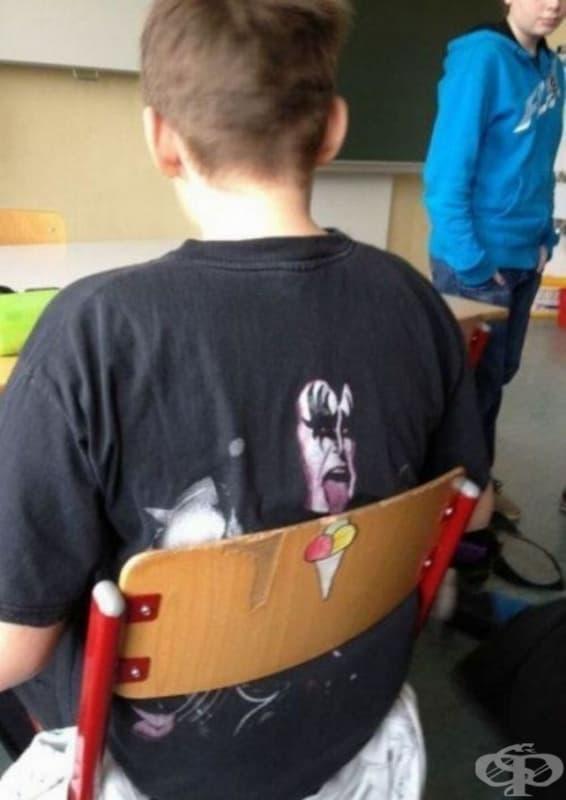 Този ученик носи правилната тениска и стои на правилното място.