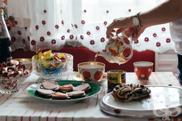 Всички плочи, чаши и прибори за хранене са направени в СССР.