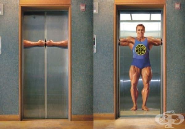 Асансьор с реклама на Gold's Gym (златна гимнастика). Това е огромна верига от международни гимнастически салони, добре познати в цяла Канада и САЩ.