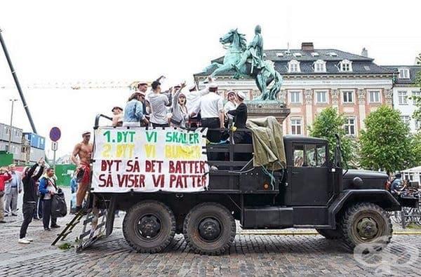 Друга интересна традиция е обиколка във военен камион покрай домовете на завършващите.