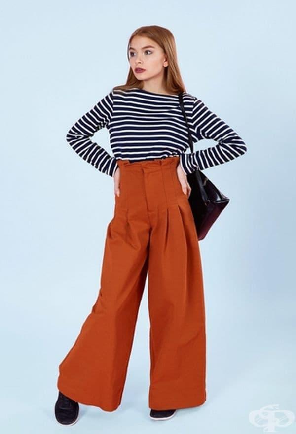 Когато искате нещо необичайно, можете да опитате с ретро стил. Например панталоните се съчетават перфектно с маратонки. Раираната блуза позволява на образа да не се слива в едно неразличимо цяло.