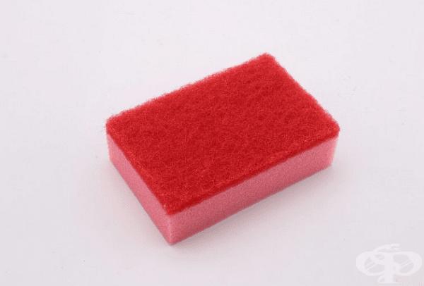 Червено.  Този цвят показва средна твърдост и е най-предпочитаният вариант. С такава гъба може лесно да се премахнат упоритите замърсявания и суха храна, но без да се нараняват или драскат съдовете толкова много.