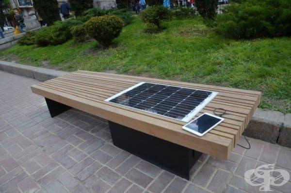Слънчев панел, вграден в пейка, който служи за зареждане на мобилни устройства.