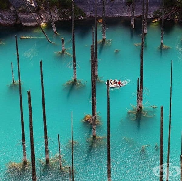 То се намира на 2000 метра надморска височина в планината Тян Шан.