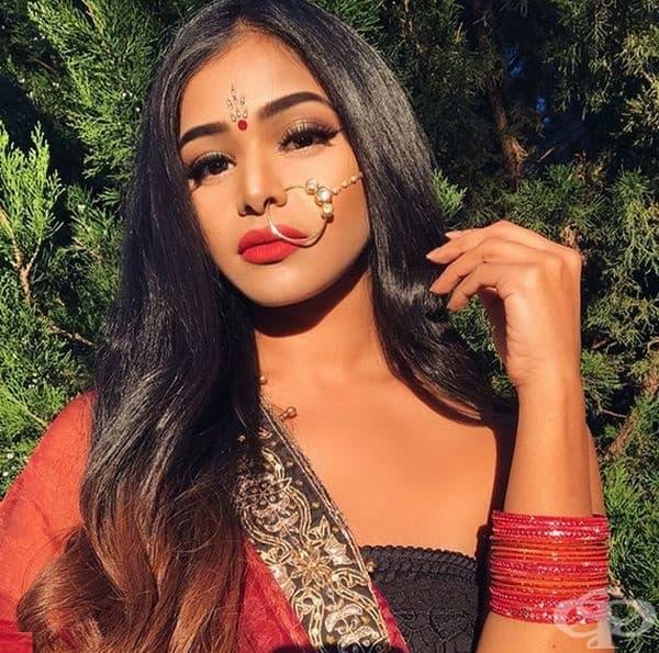 Индия. Наситените ярки цветове са неразделна част от облика на жените в Индия. Те подчертават очите си с широка черна линия (коля), използват блестящи сенки и ярко червило. За тях допълнителните декорации имат своето значение.
