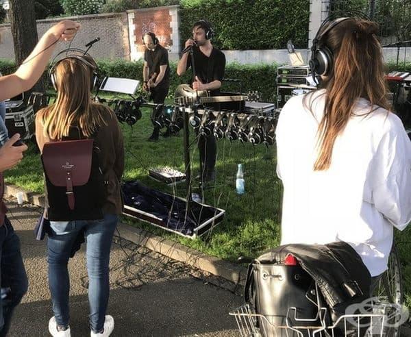 Улични музиканти без усилватели. Зада ги слушате, трябва да сложите слушалки.