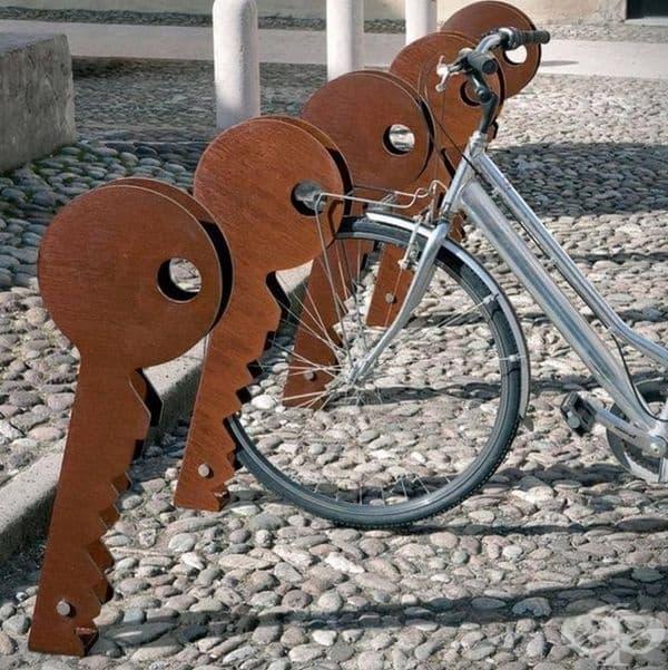 Стойка за велосипеди под формата на ключове от Рафаеле Лацари
