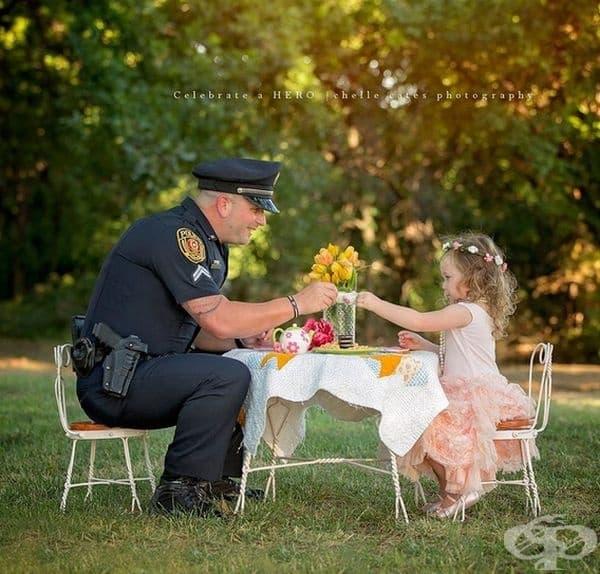 Ефрейтор П. Рей спаси 2-годишно момиче от задушаване. Тя го покани на чаено парти.