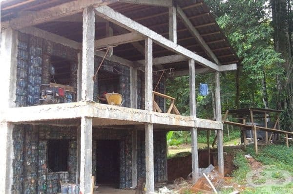 По време на строителство къщата не изглежда привлекателно, но след завършване е доста приятна.