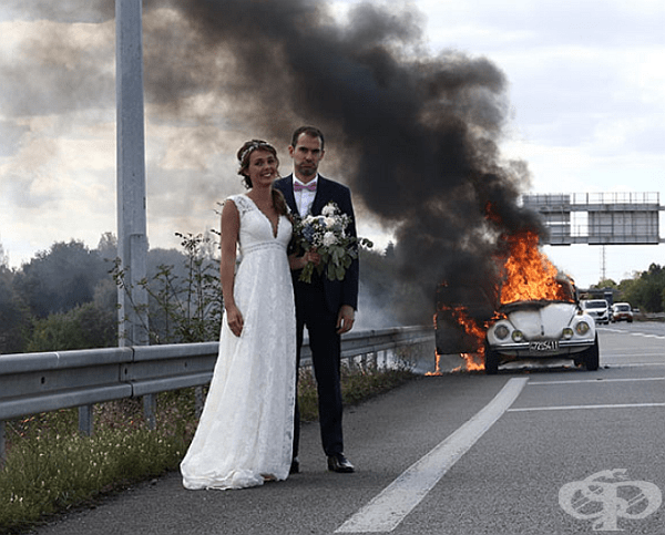 Младоженци пред техния горящ автомобил.
