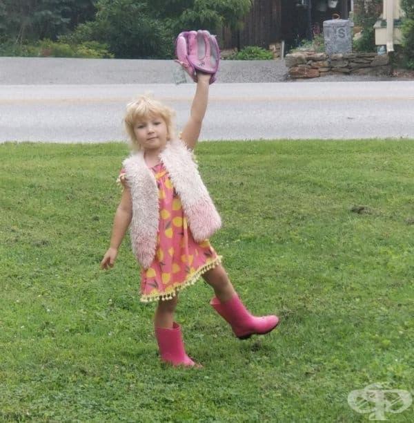 """""""Искам да играя бейзбол"""", каза дъщеря ми. """"Облечи се и ме чакай отвън"""", отвърнах аз. Тя си сложи най-красивата рокля за нашата първа игра."""""""