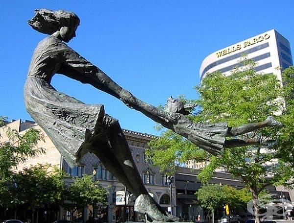 Майка играе със своята дъщеря, Солт Лейк Сити, САЩ.