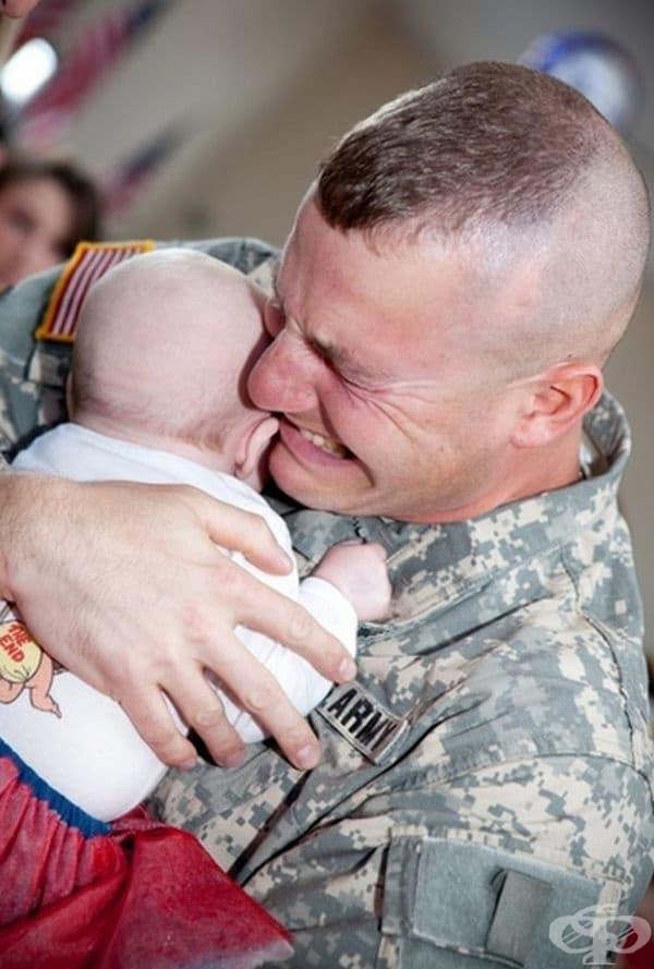 Този войник прегръща дъщеричката си за първи път.