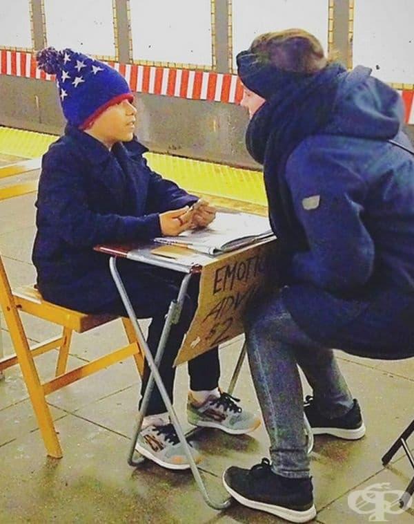 Само за 2 долара това момче изслушва проблемите на пътниците в метрото и им дава съвет.