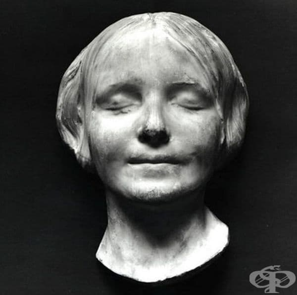 Френският писател, драматург, журналист и философ Албер Камю сравнява усмивката на момичето с тази на Мона Лиза, поставяйки множество спекулации за статуса, обстоятелствата и смъртта на момичето.