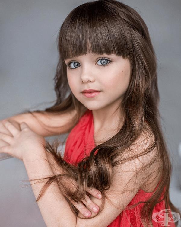 Родителите й обаче се стараят да не я превърнат в глезено дете и я отглеждат като обикновено момиче.