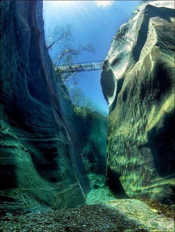 Река Верзаска, Швейцария. Водата е толкова чиста, че дори може да видите дъното през нея.