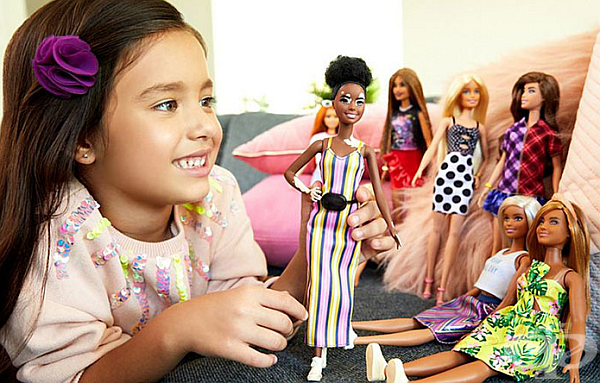 След работа с дерматолози, компанията разработи кукла, която точно изобразява състоянието, което причинява загуба на цвета на кожата с по-светли петна по нея.