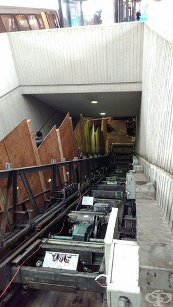 Ето какво се крие под стълбите на ескалатора.