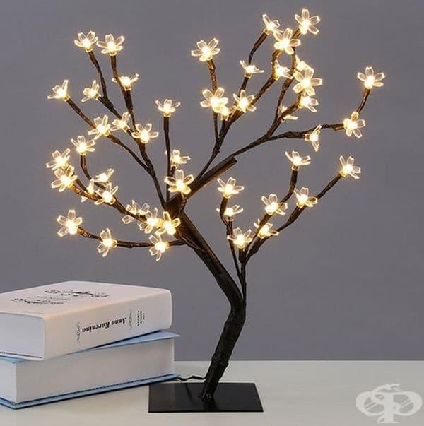 Настолна лампа във формата на дърво. През деня - украса, през нощта - лампа.