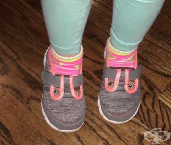 Очите на чорапките идеално съвпадат с дупките на пантофките.