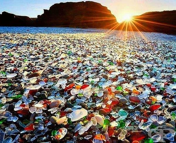 Стъкленият плаж, Калифорния, САЩ. Видът на плажа днес се крие в миналото. Преди много години местните хора са изхвърляли боклука си по тези места. Стъклото по брега е от отпадъчни бутилки, които  с времето са се заоблили от водата.