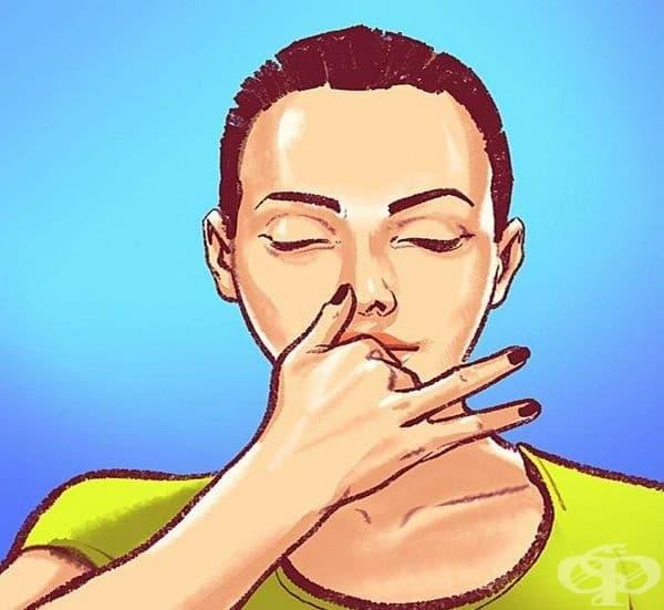 Дишайте през лявата ноздра. Дълбокото коремно дишане през лявата ноздра ще ви помогне да контролирате кръвното си налягане. Това ще отпусне кръвоносните съдове и ще намали хормоните на стреса. Дишайте така в продължение на 3-5 мин.
