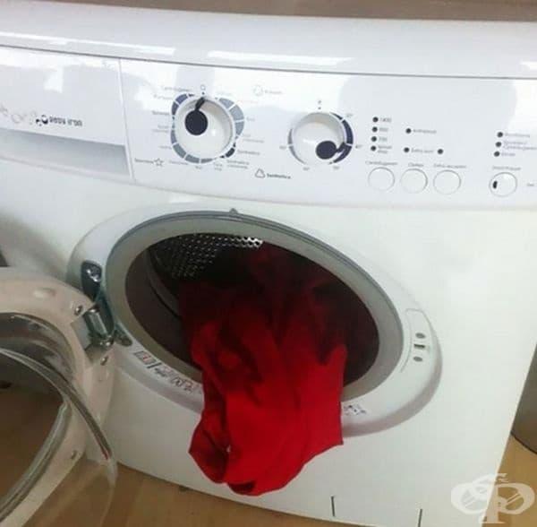 Червено и бяло едновременно не си подхожда.