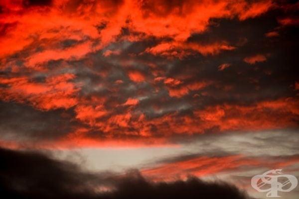Огнено небе с усещане за ярост и страст.