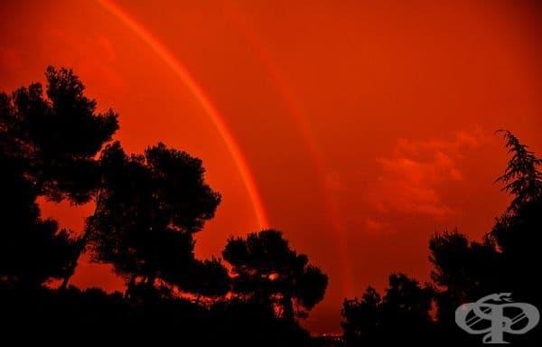 Червена дъга. Това е оптичен и метеорологичен феномен, който се дължи на пречупването на светлината във водни капчици. За тази цел обаче слънчевата светлината трябва да е много близо до хоризонта.