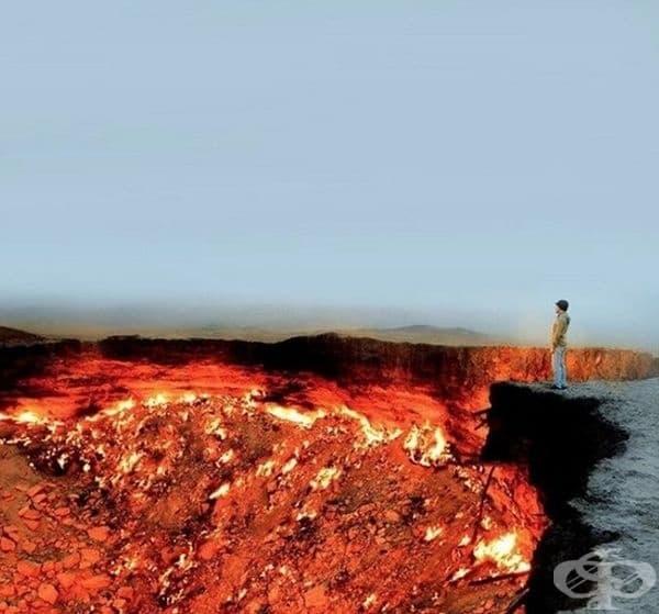 """""""Дервезе"""" е газов кратер, който гори от 1971 г. насам. Известен е и с името """"Вратите на ада""""."""