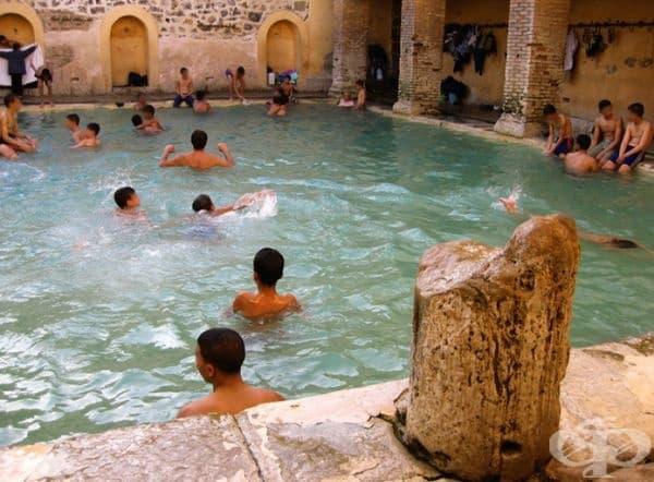 Хамам Салихин има два басейна – правоъгълен за мъже и кръгъл – за жени. Басейните са с диаметър 8м и са дълбоки почти 1,5м. Въпреки че мястото е толкова популярно, липсва добра инфраструктура, така че не е лесно да се стигне до там.