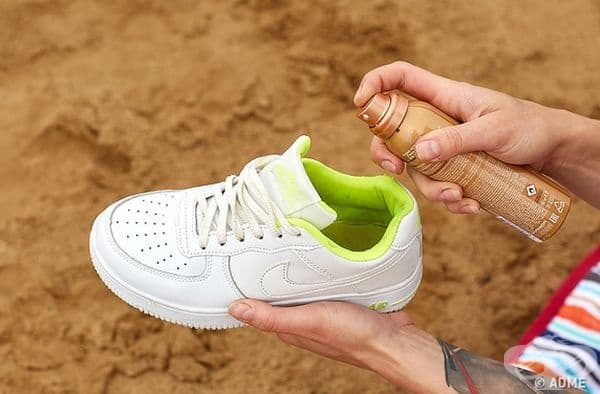 Ако маратонките ви започнат да миришат лошо, нанесете сух шампоан. Съставът му включва абсорбиращи компоненти, които ще абсорбират излишната влага и това ще обезмирише обувките ви.