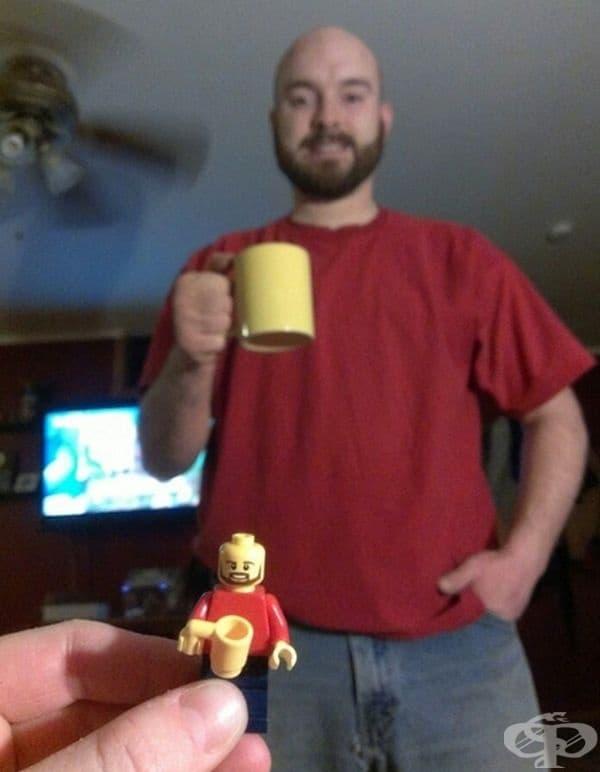 Детето е впечатлено, когато открива баща си в своя комплект Лего.