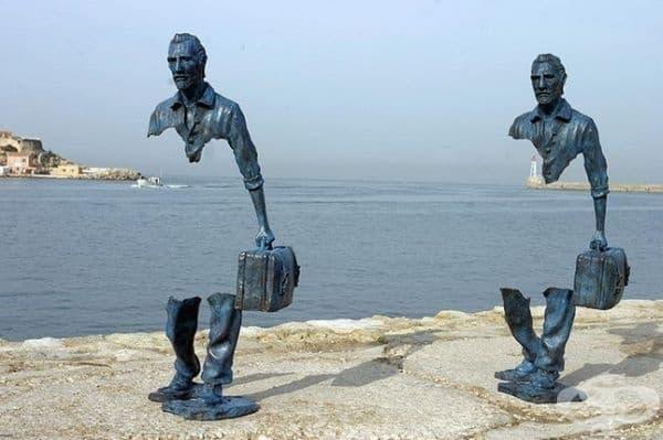 """""""Les Voyageurs"""" или """"Пътуващите"""" са поредица от бронзови скулптури с естествен размер на Бруно Каталано. Огромна част от телата на фигурите липсва, сякаш бавно изчезват."""