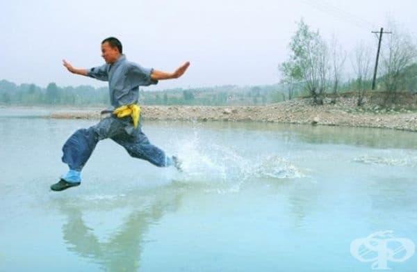 Ши Лилианг – Човекът, бягащ по вода. Този монах от Шаолин е пробягал 125 метра по повърхността на водата и  постави нов световен рекорд през 2015 г.