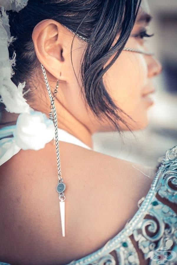 Облеклата са разработени от булката. Бижутата на гостите са били с инициалите на младоженците.