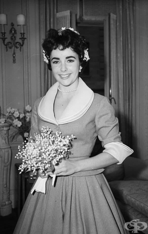 Елизабет Тейлър, 1952 г. Елизабет Тейлър се омъжи в тази семпла рокля през 1952 г. за втория си съпруг Майкъл Уайлдън.