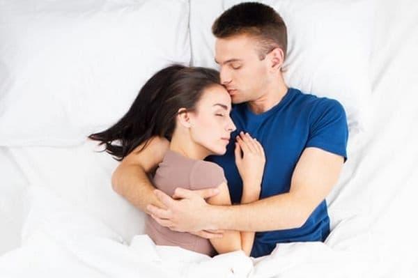 Поддържаща поза. Това отразява силната връзка между партньорите или високото ниво на зависимост един от друг. Позата говори за силна любов.