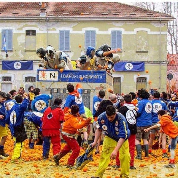 Битка с портокали, Италия. По време на традиционния карнавал в Иврея, който започва през уикенд преди Великия пост, се организира битка с портокали. Символизира избавянето на града от тиранията през XII век.